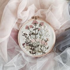 Modern Embroidery, Embroidery Hoop Art, Hand Embroidery Patterns, Floral Embroidery, Cross Stitch Embroidery, Embroidery Designs, Couture Main, Floral Hoops, Needlework