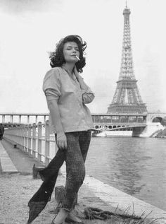 Let's go to Paris and smoke cigarettes in front of the Eiffel Tower Greece Pictures, Old Pictures, Tour Eiffel, Greek Beauty, Women Smoking, Le Smoking, Music Film, Famous Women, Famous People
