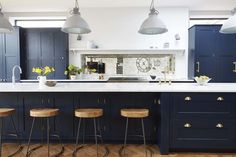 Color is creeping back in style as an option for painted kitchen cabinets. This past year with my small design studio, I've designed 2 variations of navy blue kitchens (one modern, the other… Kitchen Inspirations, New Kitchen, Blue Kitchen Designs, Kitchen, Vintage Kitchen Cabinets, Kitchen Living, Kitchen Design, Dark Blue Kitchens, Trendy Kitchen