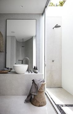 Prachtig inspiratiebeeld om te laten zien dat het prachtig is als de (molitli)betonstuc vloer doorloopt in het wasmeubel. En hoe mooi onze oude houten accessoires staan in een strakke omgeving.