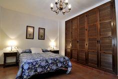 Habitación de matrimonio  Iindo ropero. madera combina con azul oscuro (silloones)