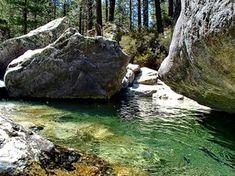 Tolle Gumpen laden im Tassineta Tal auf Korsika zum Bad ein. Man erreicht sie nach einer kurzen Wanderung vom Asco-Tal aus. Hinterher lohnt ein Halt in Asco.