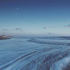 [Photo by photoreds on Instagram] Sai cos'è bello qui? Guarda: noi camminiamo lasciamo tutte quelle orme sulla sabbia e loro restano lì precise ordinate.  Ma domani ti alzerai guarderai questa grande spiaggia e non ci sarà più nulla un'orma un segno qualsiasi niente. Il mare cancella di notte. La marea nasconde. È come se non fosse mai passato nessuno. È come se noi non fossimo mai esistiti.  Se c'è un luogo al mondo in cui puoi pensare di essere nulla quel luogo è qui. Non è più terra non è…