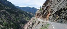 El desfiladero de la montaña roja, en Colorado, EE.UU., Es una carretera de 40 kilómetros de longitud tan intimidatoria como espectacular. La recorren más de 750.000 personas al año. Pendientes pronunciadas, curvas cerradas y precipicios verticales son solo algunos de los peligros que acechan.