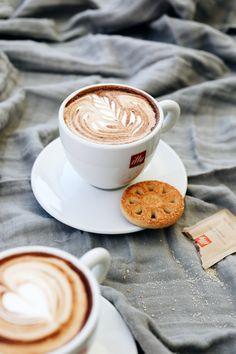 Steal these master barista tips for making lattes at home via featuring Giorgio Milos. Coffee Latte Art, Espresso Latte, Coffee Barista, Best Iced Coffee, Chocolate Powder, Cappuccino Machine, Premium Coffee, Italian Coffee, Coffee Recipes