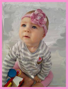 Kytičková čelenka Vhodná pro miminko,ale také větší slečnu.Háčkovaná z bavlněné příze,zdobení perličkou či knoflíčkem dle přání. Ihned k odběru tato ve vel. 3 - 4 měsíce.