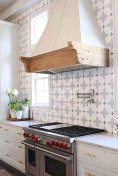 Kitchen Backsplash Ideas also kitchen tile ideas also kitchen wall tiles also subway tile backsplash Modern Kitchen Backsplash, White Kitchen Backsplash, Kitchen Wall Tiles, Kitchen Cabinets, Backsplash Ideas, White Cabinets, Backsplash Tile, Tile Ideas, Splashback Ideas