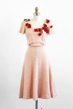 Vintage 1940s tan & burgundy three dimensional flowers dress. #vintage #fashion