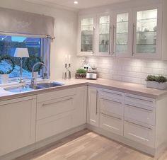 White kitchen Source by janetlwp Open Plan Kitchen Living Room, Home Decor Kitchen, New Kitchen, Home Kitchens, Kitchen White, Modern Kitchen Design, Interior Design Kitchen, Cuisines Design, Kitchen Remodel