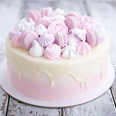 Доброе утро!))☀️ А вот и фото тортика во весь рост, так сказать...✨ Внутри спрятались мягкие ванильные бисквитное коржи, свежие ягодки и сливочно-сырный крем) По бокам тортика нежный розовый градиент, сверху глазурь и много много разных безе и макаронс с белым шоколадом!) Но самое главное, конечно, что торт очень очень понравился имениннице!)✨