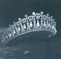 The Cambridge Lover's Knot Tiara. Queen Elizabeth gave this to Princess Diana as a wedding gift. Queen Mary wore this tiara a lot. This MY kind of tiara! British Crown Jewels, Royal Crown Jewels, Royal Crowns, Royal Tiaras, Royal Jewelry, Tiaras And Crowns, Vintage Jewelry, Lovers Knot Tiara, Queen Mary