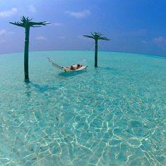 """AZUL.  Ilhas Maldivas. Lembra das imagens paradisíacas do google? Pois bem, elas existem e são ainda mais """"azuis"""" quando se esta lá, com os pés na ilha e as mãos no mar. #maldivas"""