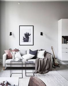 Simple And Elegant Scandinavian Living Room Decoration Ideas 23