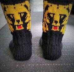 Puikkoi ja Koukkui: Karhu -sukat Knitting Socks, Mittens, Knit Crochet, Diy And Crafts, Gloves, Cross Stitch, Sewing, Handmade, Crocheting
