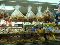 En esta tienda, se cuelga el pan. En los Estados Unidos, yo horneo a veces. Mi hermana cree que soy una panadera mala.