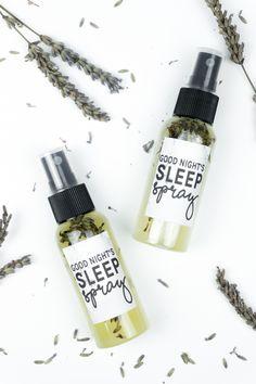 Schlafspray selber machen: DIY Lavendelspray aus getrockneten Lavendelblüten zubereiten. Video mit Tutorial / Rezept auf dem Blog! Tolle DIY Geschenkidee für Herbst / Weihnachten