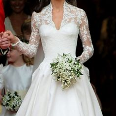 I seriously, would do anything to have Kate Middleton's wedding dress. ❤