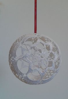 Lampe Crochet, Crochet Art, Crochet Gifts, Crochet Patterns, Christmas Globes, Christmas Ornaments, Crochet Butterfly, Drops Design, Crochet Projects