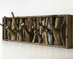 cabide feito de troncos, muito legal :)