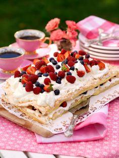 Vilken tårtfest! Ett klassisk recept på sommartårta, fyll den med blåbär eller blanda samman dina egna bärblandningar.