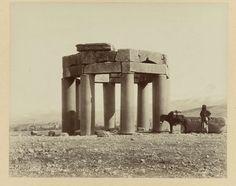 | S 83. Turksche moskee, uit brokstukken van den Tempel van Jupiter gebouwd. Baalbec. Syrië. (Het graniet der zuilen komt uit Assouan, Boven Egypte)., c. 1867 - c. 1876 | Een opgebouwde schuilplaats met als ondersteuning stenen zuilen. De foto is onderdeel van de door Richard Polak verzamelde fotoserie van Syrië.