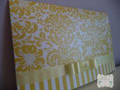 Convite clássico, com arabescos, amarelo, confeccionado em papel perolado 180gr, com laço channel duplo e meia pérola no acabamento. Arte e cores podem ser alterados.    Consulte valores dos convites individuais. R$ 4,70