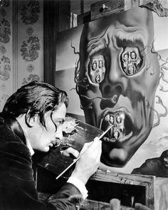 """Le talentueux Salvador Dalí en train de peindre la sublime œuvre """"Le visage de la guerre""""."""
