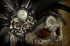 Antifaz basado en el mundo steampunk realizado con plumas de gallo salvaje, cristales de swarovski, encaje de guipur