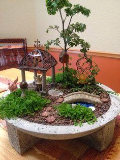 Você já pensou em fazer um jardim em miniatura num vaso?   Até um vaso quebrado pode se transformar em um mini jardim lindo, como num...