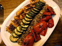 Das perfekte Gemüse-Antipasti-Rezept mit Bild und einfacher Schritt-für-Schritt-Anleitung: Paprikaschoten waschen, entkernen und vierteln. Zucchini…