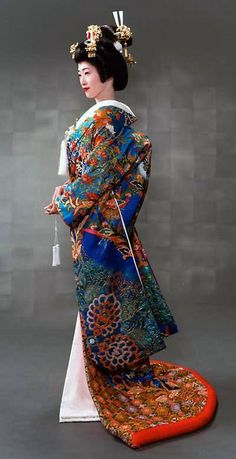 Uchikake A very formal kimono only worn by brides or at a stage performance. It is usually all white or very colorful with red as a base color. It is to be worn outside of the actual kimono and is never tied with an obi. Japanese Outfits, Japanese Fashion, Asian Fashion, India Fashion, Kimono Chino, Kimono Japan, Japanese Costume, Wedding Kimono, Japanese Wedding