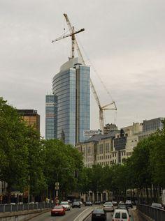 Demontage torenkraan met een DEMAG TC 3200 op de Madou Tower te Brussel op woensdag 30-06-2004