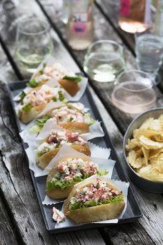Ces guédilles au homard goûtent l'été! À faire et à refaire. Lobster Sandwich, Lobster Rolls, Cooking Recipes, Healthy Recipes, Delicious Recipes, Party Finger Foods, Summer Recipes, Food Inspiration, Tapas