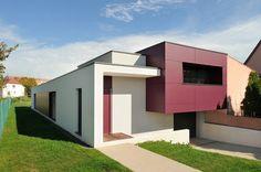 Le bâtiment offre un volume coloré contraste sur les le crépi blanc. Il est revêtu d'un bardage en plaques de fibro-ciment.