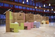 Para la feria Málaga Emplea ejecutamos este diseño de stands de cartón además de su señalética y toda la imagen del evento para un nuevo concepto de feria