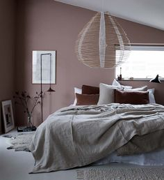 This might be the grown up version of the millennial pink bedroom. I love the dusty rose toned blush wall, maroon and gray bedding. This Scandinavian pink bedroom is trendy and sophisticated. Blush Pink Bedroom, Pink Bedroom Decor, Pink Bedrooms, Gray Bedroom, Bedroom Vintage, Modern Bedroom, Minimal Bedroom, Master Bedroom, Linen Bedroom