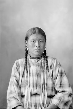 Wife of Charlie Track - Assiniboine - 1898 Más North American Tribes, Native American Images, Native American Artifacts, Native American History, Native American Indians, American Symbols, Navajo, Aboriginal People, Before Us