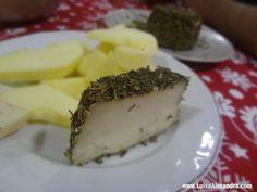 Queijo Curado de Cabra com Alecrim acompanhado com Maçã - http://gostinhos.com/queijo-curado-de-cabra-com-alecrim-acompanhado-com-maca/