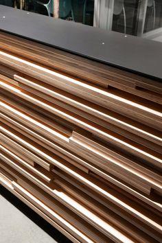Tänk dig tvårslåer med någon centimeters mellanrum i trä, några centimeter tjocka. Mellan väggen och med olika längd ut mot öppningen.