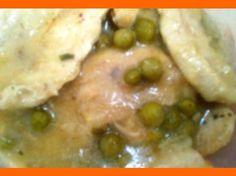 Vytlačiť Kuracie plátky na hrášku Kuracie plátky na hrášku Ingrediencie 4 kusy kuracích prś alebo 1 vykostené kurča 1 cibuľa 1/2 l slepačí vývar alebo vývar z kostí kuraťa 150 g vylúpaný hrášok alebo 1 malá konzerva hrášku soľ paprika korenie podľa chuti 2 PL masla 1 PL strúhanka Inštrukcie Kuracie mäso pokrájame na plátky …
