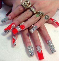 Larguísimas uñas estilo Sinaloa o muy bling.