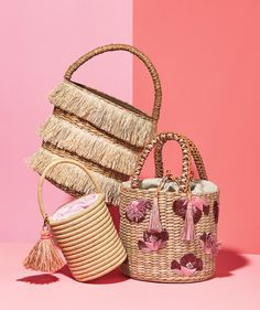 Basket Totes Done up in seagrass raffia or straw this season s woven handbags come in every shape and style Woven Beach Bags, Beach Tote Bags, Straw Beach Bags, Woven Bags, Straw Handbags, Purses And Handbags, Bag Sewing, Silvester Outfit, Boho Bags