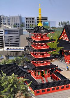 Lego Sensoji Temple (by Kelvin Lok) Japan Architecture, Chinese Architecture, Lego Minecraft, Lego Moc, Japanese Buildings, Infinite Art, Lego Machines, Brick In The Wall, Cool Lego Creations