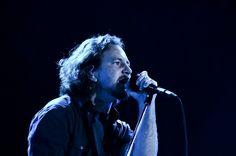 Pearl Jam encerra o Lollapalooza com homenagem ao Ramones e discurso pró-casamento gay:  http://rollingstone.com.br/noticia/lollapalooza-2013-pearl-jam-encerra-o-festival-com-homenagem-ao-ramones-e-discurso-pro-casamento-gay/