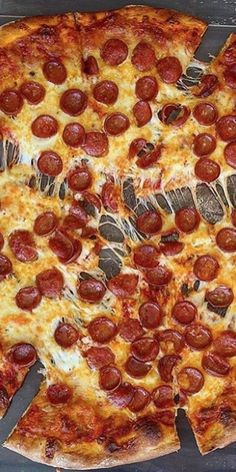 Sometimes you can take a cheat meal! Because after a physical effort, you can enjoy a moment of comfort! Pizza Recipes, Snack Recipes, Pizza Mania, Homemade Dough Recipe, I Want Pizza, Buffet, Veggie Casserole, Four A Pizza, Cheat Meal