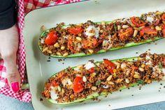 Dit super makkelijke recept voor gevulde courgette met quinoa met tomaatjes, basilicum en mozzarella is een echte topper. Dit lekkere vega recept heb je binnen een half uur dampend op tafel staan. Door de kaas en pijnboompitjes is het gerecht wel heerlijk hartig en zal zelfs een liefhebber van een stukje vlees dit absoluut niet missen.
