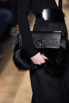 Michael Kors Collection Fall 2010 Ready-to-Wear Fashion Show Fur Fashion, Fashion Details, Fashion Bags, Fashion Show, Fashion Trends, Runway Fashion, Michael Kors Fall, Parisienne Chic, Fur Bag
