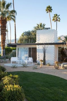 This updated mid-century #modern Palm Springs #hotel is on our must-visit list this year!