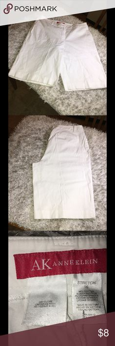 Anne Klein White Bermuda Shorts Size 16 White Bermuda shorts.  Size 16.  Flat front style.  From Anne Klein.  Good condition.  Important:   All items are freshly laundered as applicable prior to shipping (new items and shoes excluded).  Not all my items are from pet/smoke free homes.  Price is reduced to reflect this!   Thank you for looking! Anne Klein Shorts Bermudas