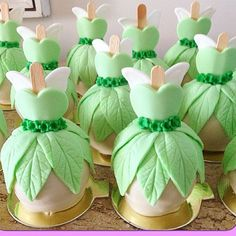 Maçãs para Festa Sininho. Pic via @sylviadrmd_docetentacao Seleção #encontrandoideias #blogencontrandoideias Tinkerbell Party Theme, Tinkerbell Birthday Cakes, Fairy Birthday Cake, Fête Peter Pan, Peter Pan Party, Birthday Party Decorations, Party Themes, Birthday Parties, Bolo Tinker Bell